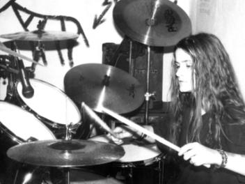 Junge Frau spielt Schlagzeug
