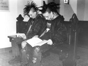 Junge Punker beim Lesen eines Flugblatts